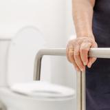 トイレ手すりおすすめ13選│置くタイプ・取りつけるタイプそれぞれ紹介【可動式も!】