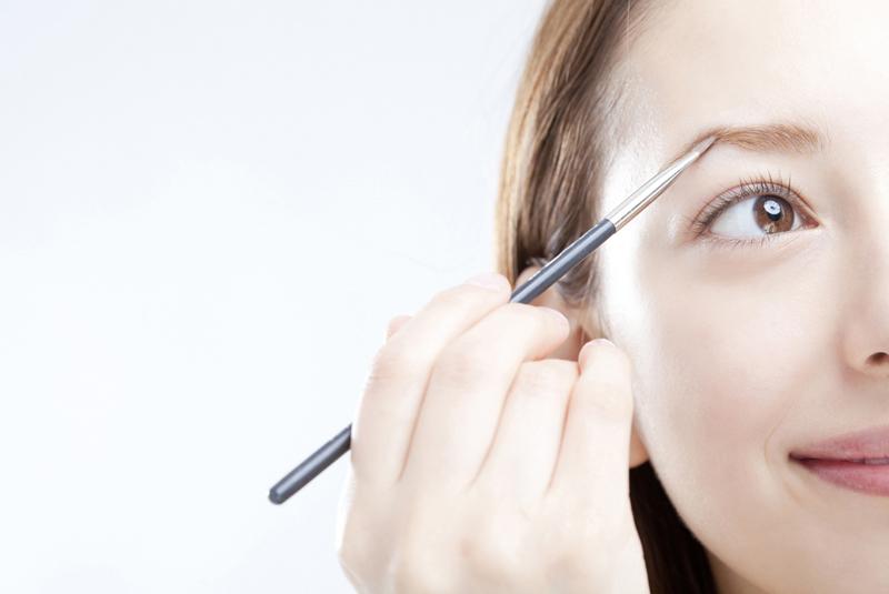 眉を描く女性