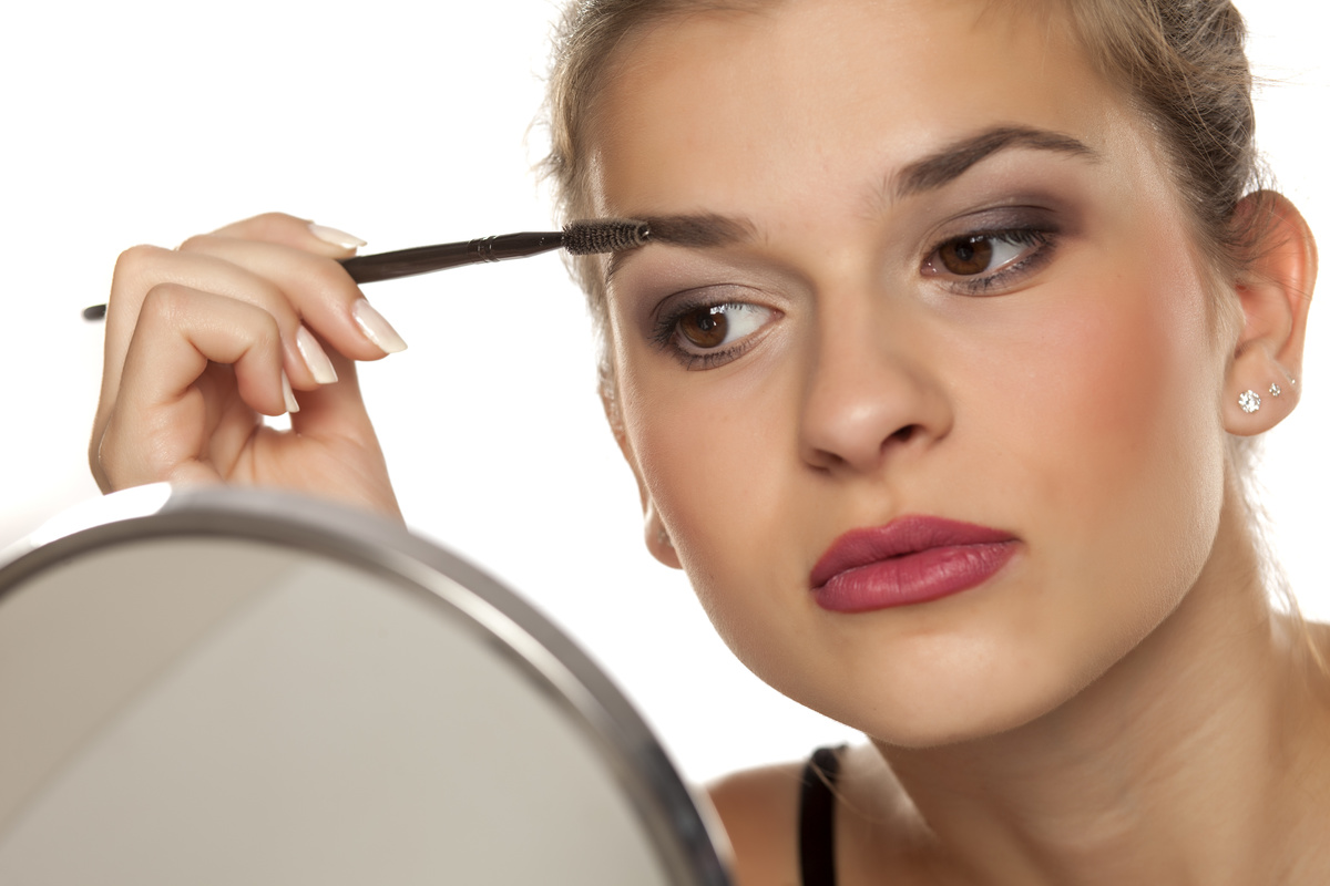 眉メイクをする女性
