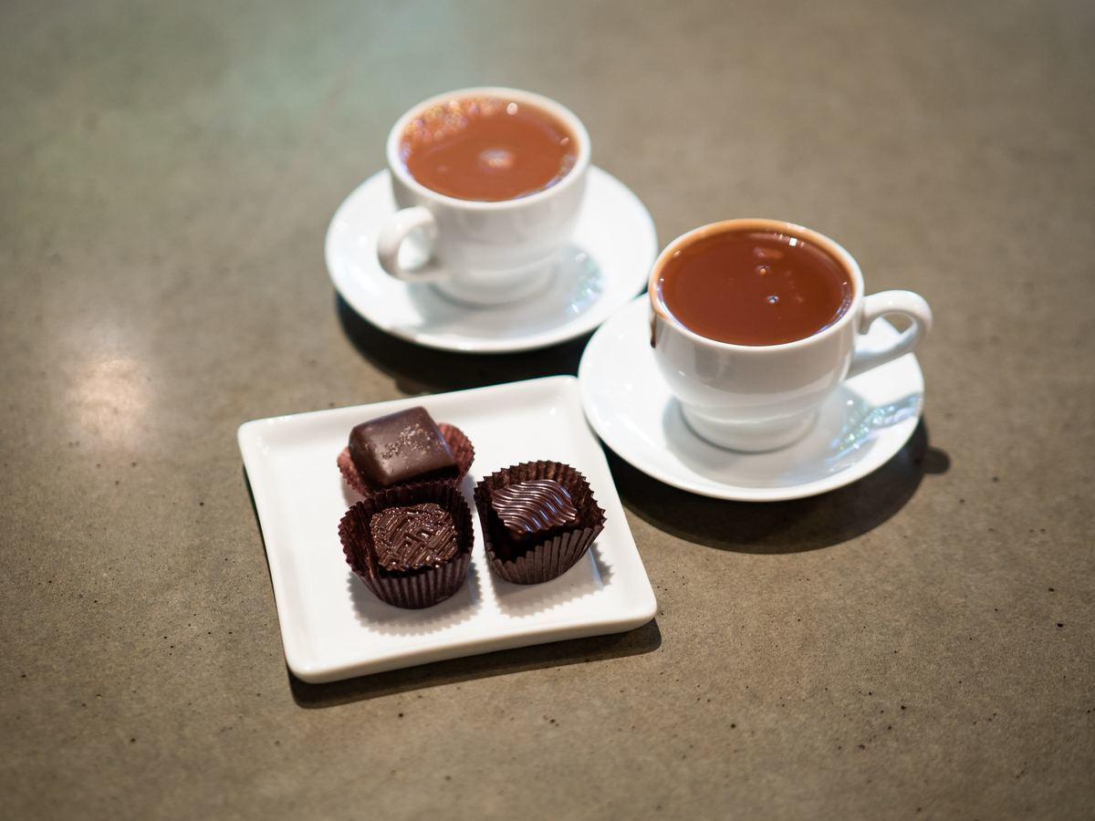 チョコレートとドリンクの画像